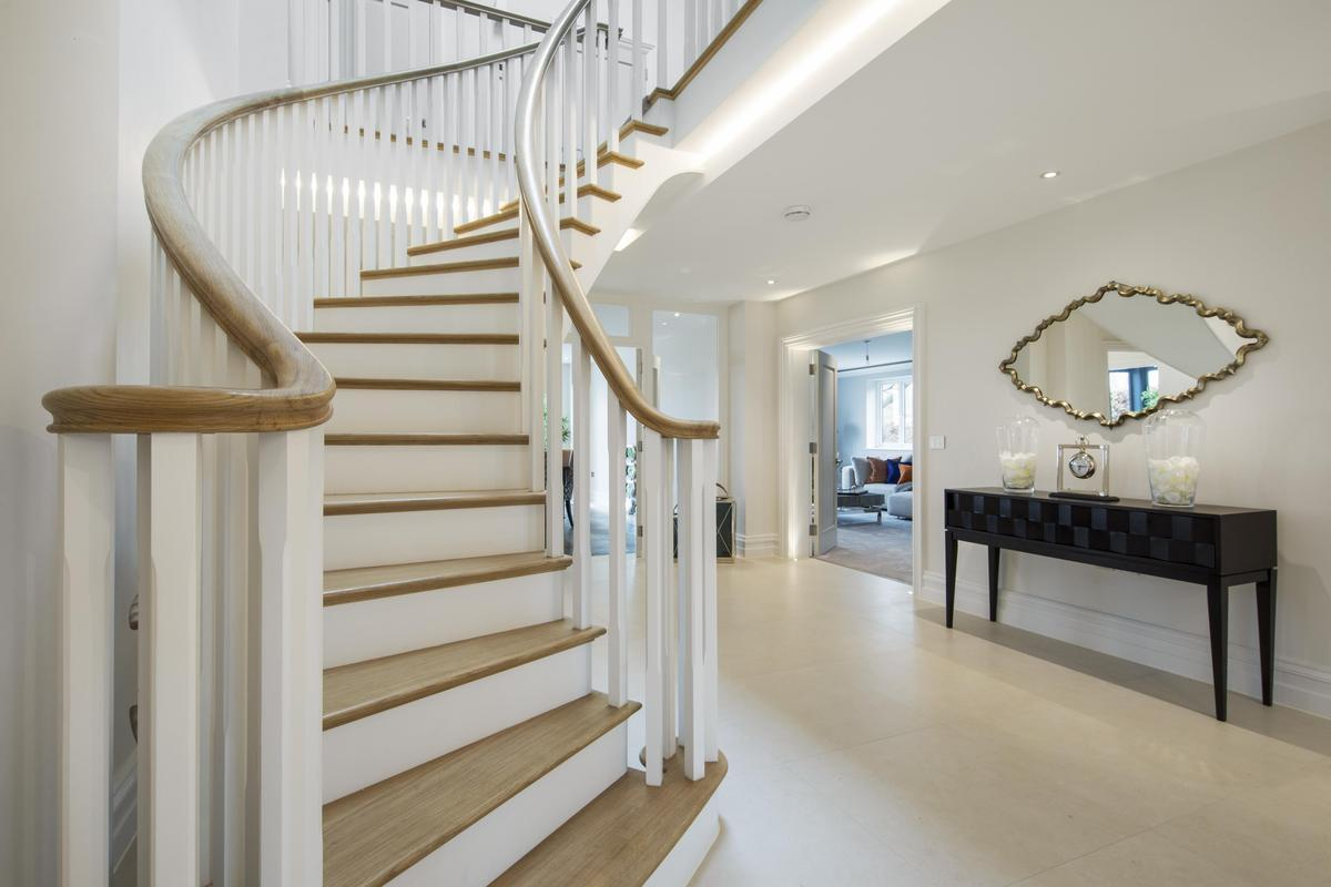 Staircase - Curved with wreathed Oak handrails